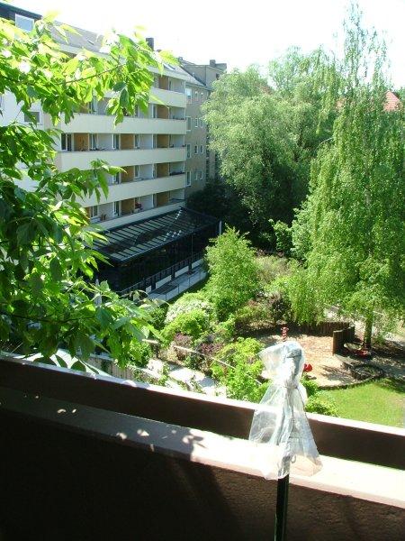 Blick vom Balkon auf eine Gartenanlage